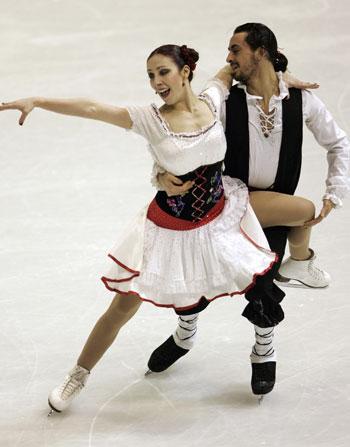 Федерика Фаелла/Массимо Скалли (Италия) исполняют оригинальный танец (итальянский народный танец). Фото: HRVOJE POLAN/AFP/Getty Images