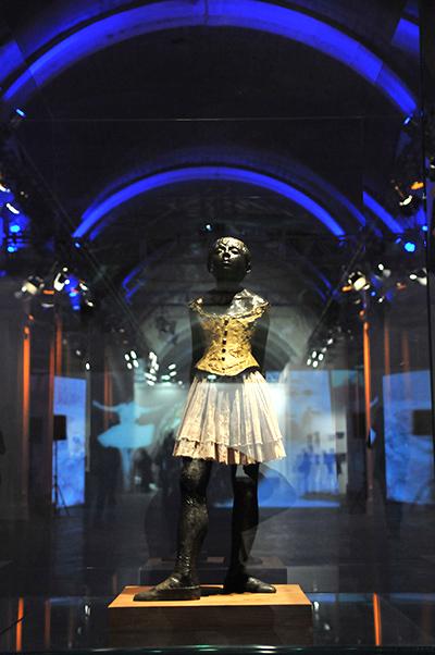Скульптура Эдгара Дега Юная танцовщица на Большом скульптурном салоне в Киеве 17 февраля 2011 года. Фото: Владимир Бородин/The Epoch Times Украина