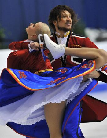 Оксана Домнина/Максим Шабалин (Россия) исполняют оригинальный танец (казацкий танец). Фото: MLADEN ANTONOV/AFP/Getty Images