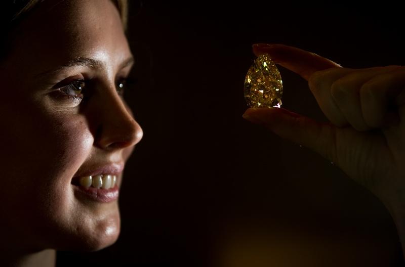 Желтый бриллиант «Капля Солнца» (The Sun-Drop Diamond). Фото: LEON NEAL/AFP/Getty Images