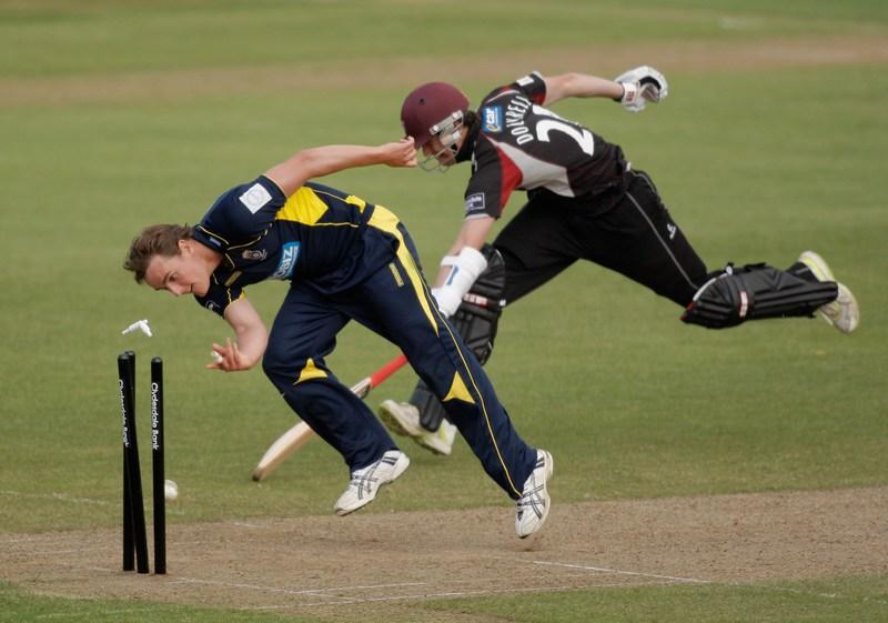 Тонтон, Англия, 27 мая. Дэвид Гриффитс (Хэмпшир) убегает от Джорджа Докрела (Сомерсет) на матче по крикету между командами графств Хэмпшир и Сомерсет. Фото: Harry Engels/Getty Images