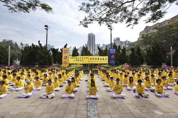 Медитация последователей Фалуньгун. 24 апреля 2010 год. Фото: Ли Мин/The Epoch Times