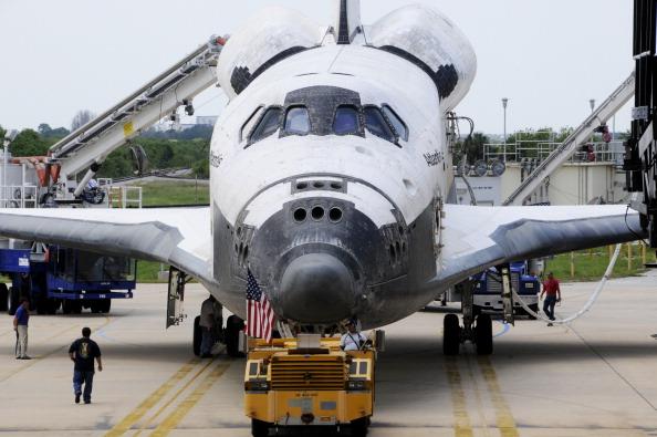 Шаттл «Атлантис» доставляется в ангар. Фото: BRUCE WEAVER/AFP/Getty Images