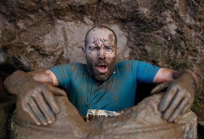 Телфорд, Англія, 27січня. Учасник змагання «Виклик міцним хлопцям» вибирається з підземного тунелю. Фото: Harry Engels/Getty Images