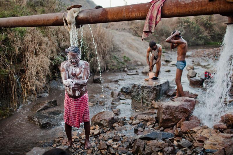 Місцеві жителі миються після трудового дня. Фото: Daniel Berehulak/Getty Images