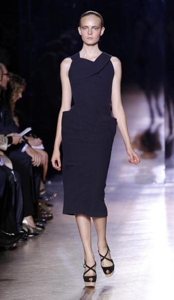 Презентация коллекции Roland Mouret Весна / Лето 2011 на Неделе моды в Париже. Фото PATRICK KOVARIK/AFP/Getty Images