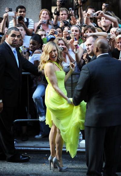 Акторка Сара Джессіка Паркер роздає автографи на прем'єрі фільму «Секс у великому місті 2» в Нью-Йорку. Фото: STAN HONDA/AFP/Getty Images