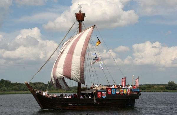 Ганзейское военно-торговое судно (когг) Ubena von Bremen. Построено в 1990 году. Является точной репликой знаменитого бременского когга, который в 1962 году был обнаружен на дне Везера. Бременский когг датируется 1380 годом. Фото: Archiv Hanse Sail Ro