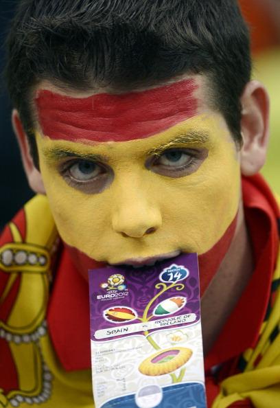 Іспанський вболівальник тримає у роті квиток на матч Іспанії проти Ірландії 14 червня 2012, Арена Гданськ. Фото: PIERRE-PHILIPPE MARCOU/AFP/Getty Images