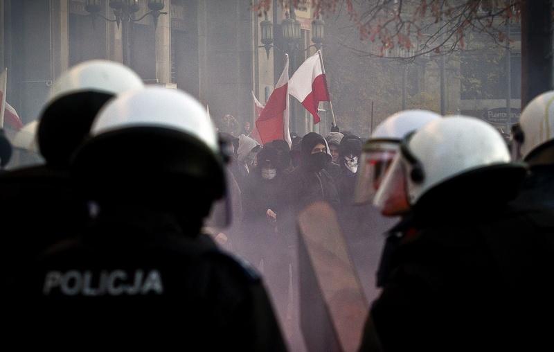 Зіткнення ультраправих націоналістичних екстремістів з поліцією на Марші незалежності в центрі столиці Польщі ― на фоні святкування 93-ї річниці Дня незалежності країни. 11 листопада 2011, Варшава. Фото: Wojtek Radwanski/Getty Images