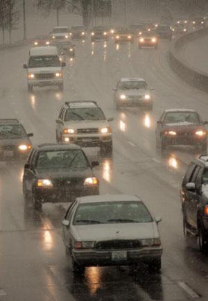 Чикаго. США. Идёт мокрый снег.  11 апреля 2007 года. Фото: Scott Olson/Getty Images
