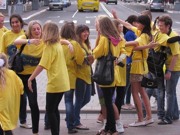 Украинцы обняли друг друга во время флешмоба. Мариуполь. Фото предоставлено организаторами акции