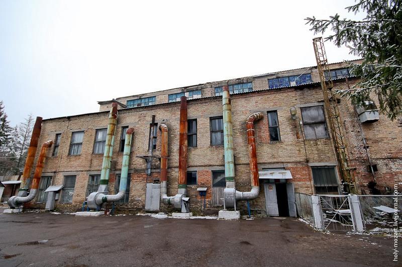 В процесі виготовлення іграшка подорожує по 4-м цехах-корпусам фабрики, яка існує вже більше 60 років. Перший цех — склодувів, де народжуються скляні кулі. Фото: holy-mozart.livejournal.com
