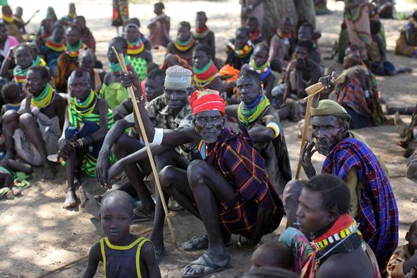 Мужчины и женщины из отдаленного племени Теркана в северной части Кении ждут своей очереди быть выбранными соседями из другой деревни, чтобы получить продовольствие. Фото: Christopher Furlong/Getty Images