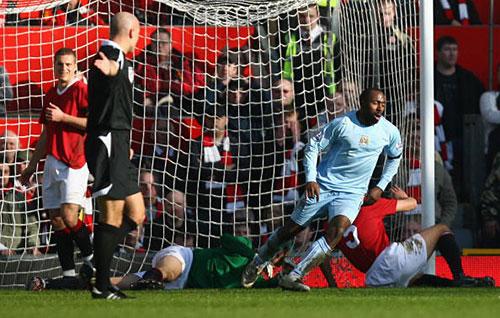 Дариус Вассел из «Манчестер Сити» (справа) забивает первый гол в ворота «МЮ». Фото: Alex Livesey/Getty Images