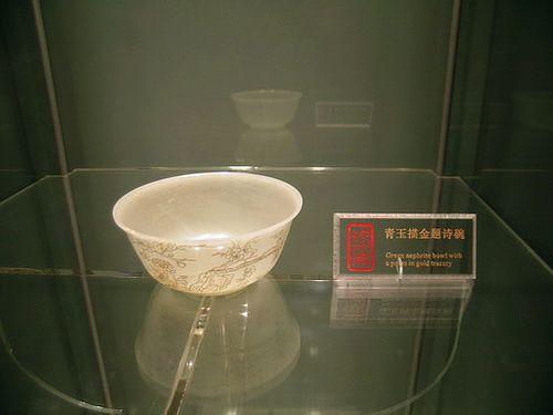 Пиала из яшмы с вырезанными на ней стихами. Фото с secretchina.com
