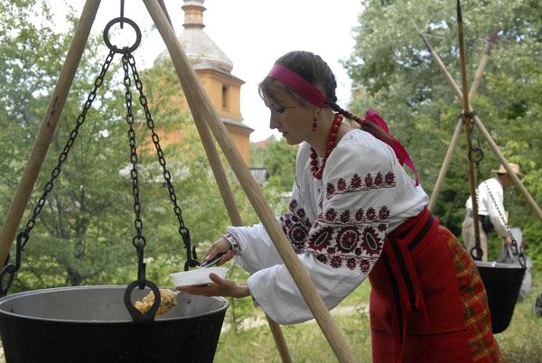 Козаки та козачки приготували на вогнищі великий казан козацького «мудрого» борщу. Кримські татари, в свою чергу, розташували поряд не менший казан і частували бажаючих своєю національною стравою — пловом , 19 червня 2010. Фото: Володимир Бородін/The Epoc