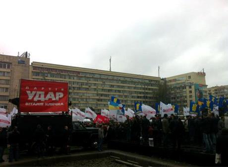 Возле ЦИК митингует оппозиция. Фото: facebook.com/Batkivshchyna