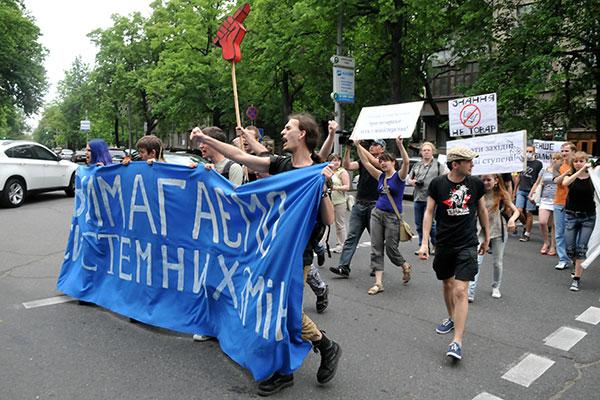 Студенты направляются к КМУ во время акции протеста против законопроекта «О высшем образовании» 25 мая в Киеве. Фото: Владимир Бородин/The Epoch Times