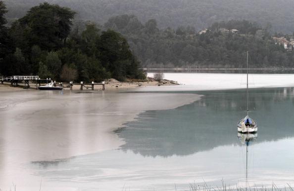 Озеро Науэль-Уапи в аргентинском городе-курорте Барилоче засыпано пеплом вулкана Пуйеуэ. Фото: Francisco Ramos Mejia/AFP/Getty Images