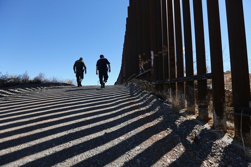 Ногалес, штат Аризона, США, 26 февраля. Полицейские совершают обход вдоль забора, разделяющего США и Мексику. Фото: John Moore/Getty Images