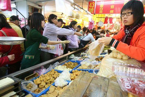 Тайбэй. Люди спешат купить всё необходимое для празднования Нового года. 05.02.08г. Фото: Центральное агентство новостей