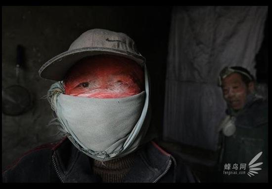 Селяни: чоловік і дружина, щойно повернулися до своєї кімнати після роботи у вапняній шахті. Промисловий район Хейлунгуй Внутрішньої Монголії. 22 березня 2007 р. Фото: Лу Гуан