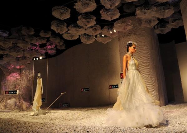 Женская коллекция от колумбийского дизайнера Isabel Henao/RAUL ARBOLEDA/AFP/Getty Images