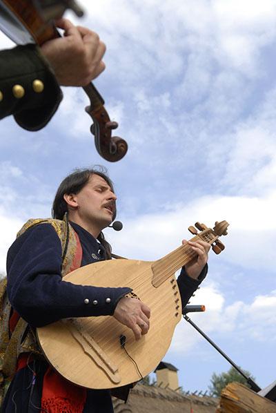 Кобзар і бандурист Тарас Компаніченко зі своїм гуртом «Хорея козацька» співає народну пісню, 19 червня 2010. Фото: Володимир Бородін/The Epoch Times