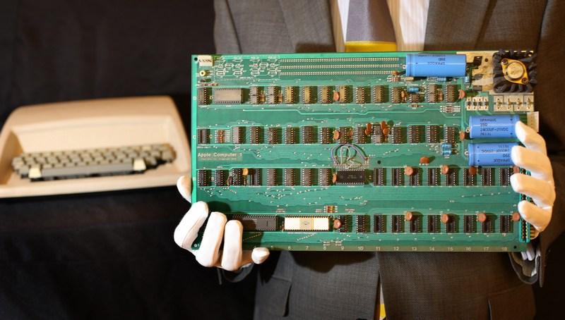 Лондон, Англія, 9жовтня. Один з перших екземплярів комп'ютера «Apple-1», проданий без корпусу, клавіатури і блоку живлення, виставлений на торги аукціону «Крісті». Оціночна вартість — 50—80тис. фунтів стерлінгів. Фото: Peter Macdiarmid/Getty Images