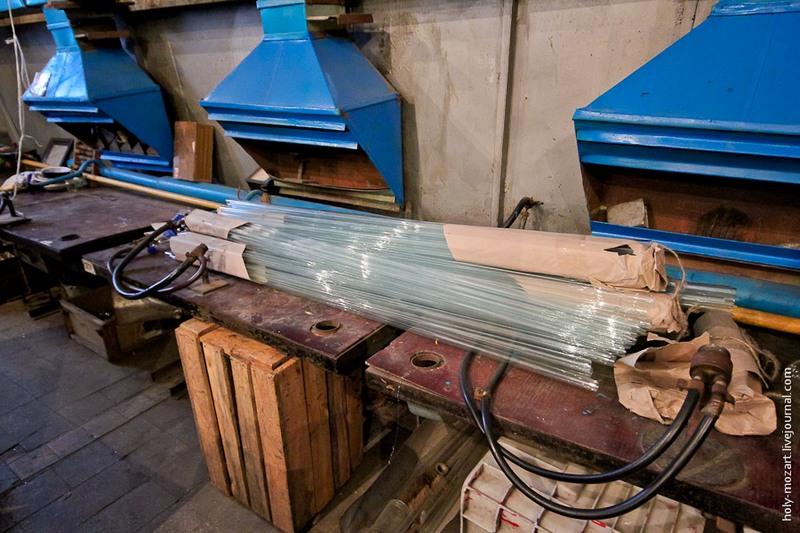 Создание ёлочной игрушки начинается с заготовки в виде стеклянной трубки. Фото: holy-mozart.livejournal.com