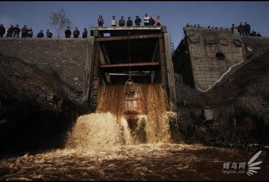 Відпрацьована вода металургійного заводу міста Аньян провінції Хенань скидається в річку Аньян. 25 березня 2008. Фото: Лу Гуан