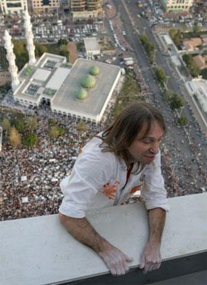 Робер успешно достиг крыши здания Инвестиционного агентства Абу-Даби. Внизу собралась огромная толпа зрителей. Фото: STR/AFP