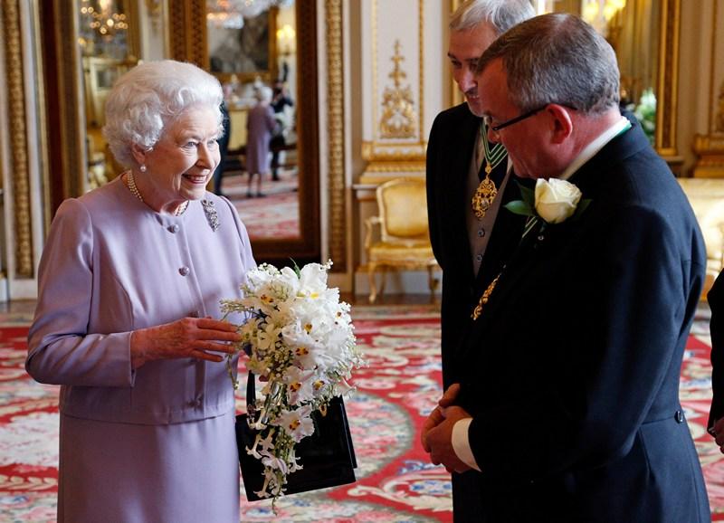 Лондон, Англія, 30 травня. Представники компанії садівників «Worshipful» піднесли королеві Єлизаветі II копію коронаційного букета. Єлизавета II зійшла на трон 60 років тому в 1953-му році. Фото: Jonathan Brady — WPA Pool/Getty Images