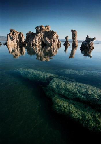 Со дна озера стали возникать диковинные природные образования серого цвета, напоминающие пористую пемзу, а вулканические процессы на дне озера все еще продолжались. Фото: David McNew/Newsmakers
