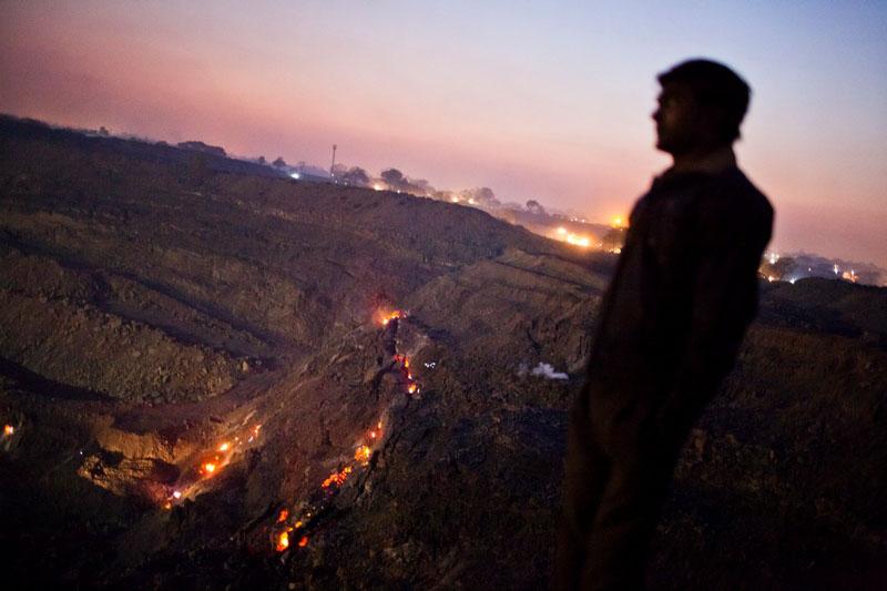Посёлок Гуханвади. На поверхность пробиваются огни тлеющих угольных залежей. Фото: Daniel Berehulak/Getty Images