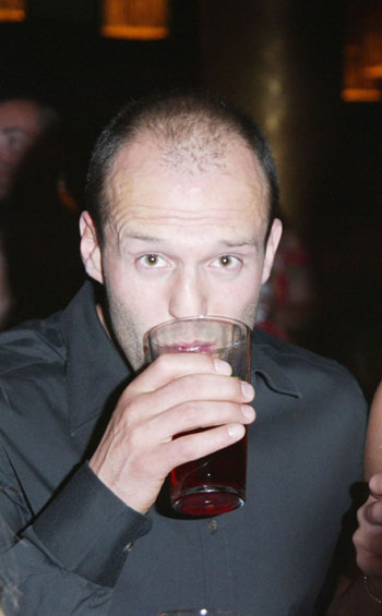 Джейсон Стэтэм за пинтой пива в Лас-Вегасе, 2003 г. Фото: Frazer Harrison/Getty Images