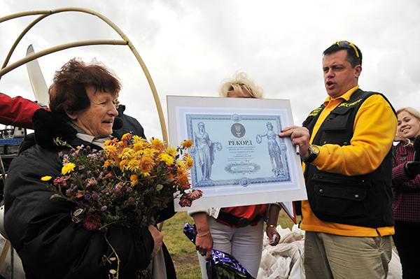 Наталья Есипчук установила новый рекорд Украины, совершив полет на паротрайке в 73 года. Фот: Владимир Бородин/The Epoch TimesУкраина