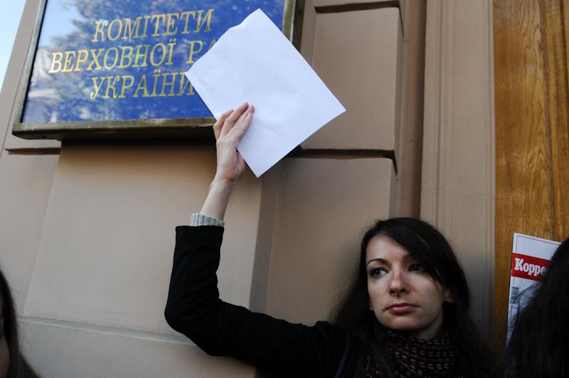 Возле Верховной Рады протестуют против закона о клевете. Фото: Владимир Бородин/Великая Эпоха