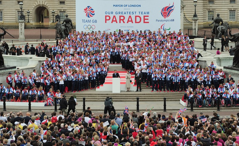 Лондон, Англия, 10 сентября. Премьер-министр Дэвид Кэмерон приветствует паралимпийцев. Фото: Shaun Botterill — WPA Pool /Getty Images