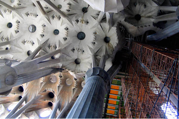 Достопримечательности Барселоны. Храм Святого Семейства - Саграда Фамилия. Звёзды в интерьере. Фото: CESAR Rangel / AFP / Getty Images