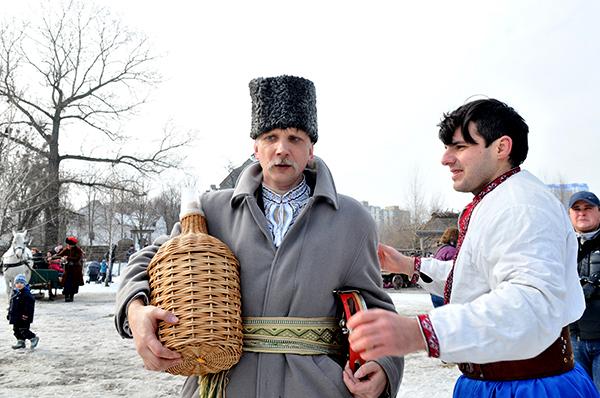 Музыкант с бутылкой медовухи и казак на праздновании Колодий в Мамаевой слободе. Фото: Владимир Бородин/The Epoch Times Украина