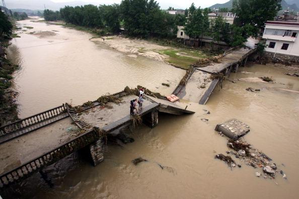 Повінь обрушила міст в одному з міст провінції Хубей. Фото: STR/AFP/Getty Images