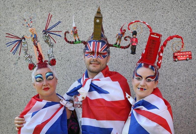 Лондон, Англія, 9 серпня. Дань Олімпіаді — моделі прикрасили себе головними уборами, що зображують пам'ятки столиці. Фото: Peter Macdiarmid/Getty Images