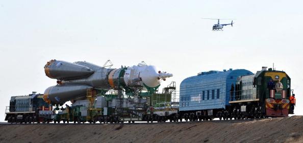 Ракета-носитель «Союз-ФГ» с кораблем «Союз ТМА-02М» на пути к «Гагаринскому старту». Фото: VYACHESLAV OSELEDKO/AFP/Getty Images