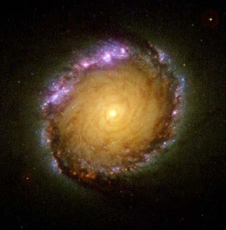 31 мая 2001 г. Спиральная галактика NGC 1512. На ее краю было обнаружено кольцо «новорожденного небесного тела» шириной 2400 световых лет. Фото: NASA, ESA, and D. Maoz (Tel-Aviv University and Columbia University)
