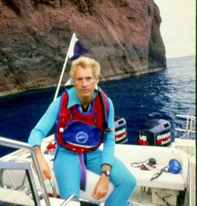 Д-р Джон Кристофер Файн, занимающийся дайвингом у острова Корсика в Средиземном море. Фото с сайта theepochtimes.com