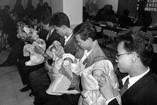 Молодые папы учатся кормить детей молоком. Фото с epochtimes.com