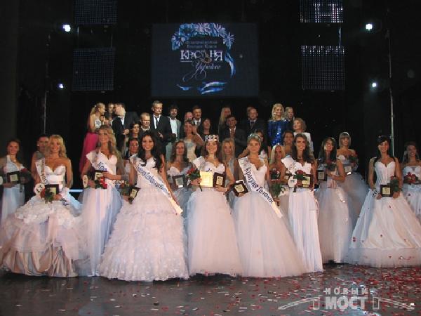 Победительницы в номинациях конкурса: « Красуня дружба», «Красуня модель, «Красуня талант», «Красуня фото», «Красуня зрительских симпатий», «Красуня Украины 2009». Фото: Дмитрий Шведчиков, Борис Крупник/ИА «Новый мост»