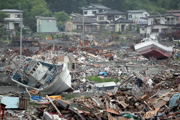 Смытые цунами корабли среди обломков г. Отсучи, префектура Иватэ. Фото: Kiyoshi Ota/Getty Images